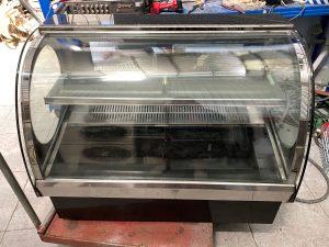 Tủ trưng bày bánh kem để bàn kính cong Ewelly